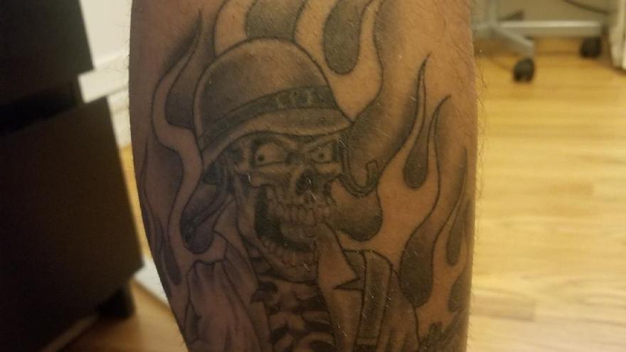 Uno de los tatuajes de las pandillas policiales de la comisaría de Compton, en Los Ángeles (EEUU)