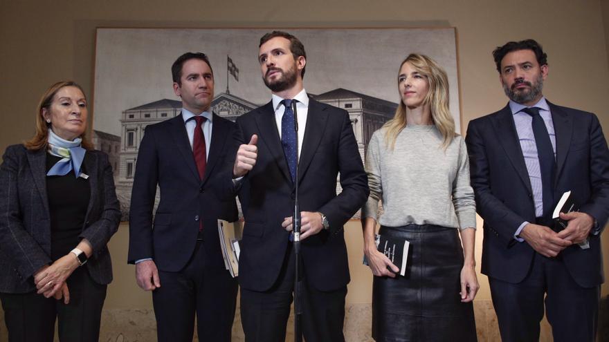 Pablo Casado en una rueda de prensa acompañado de Ana Pastor, Teodoro García Egea, Cayetana Álvarez de Toledo y Guillermo Marisca.
