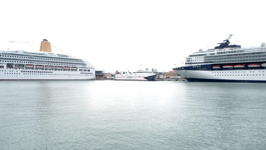 El buque 'Albayzin' continúa atracado en el puerto de Cádiz hasta que se solventen por completo los problemas técnicos que impidieron su salida programada para el pasado martes por la tarde.
