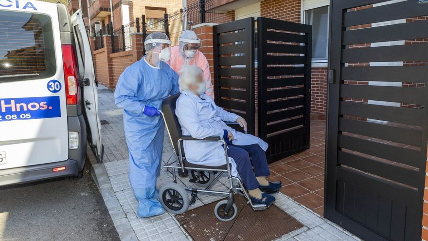 Sanitarios trasladan a una anciana a una residencia de Cantabria.