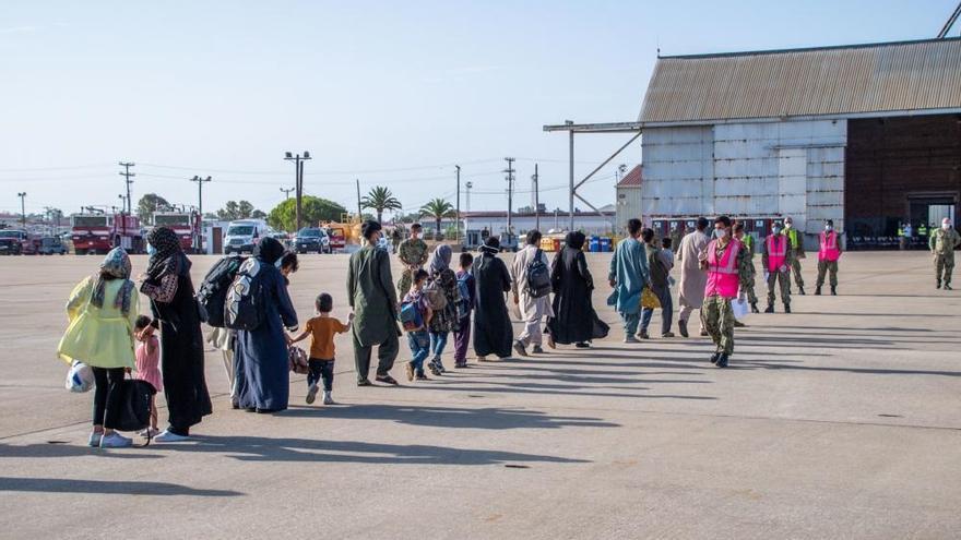Un grupo de refugiados afganos llegan a la base de Rota en un avión militar estadounidense.
