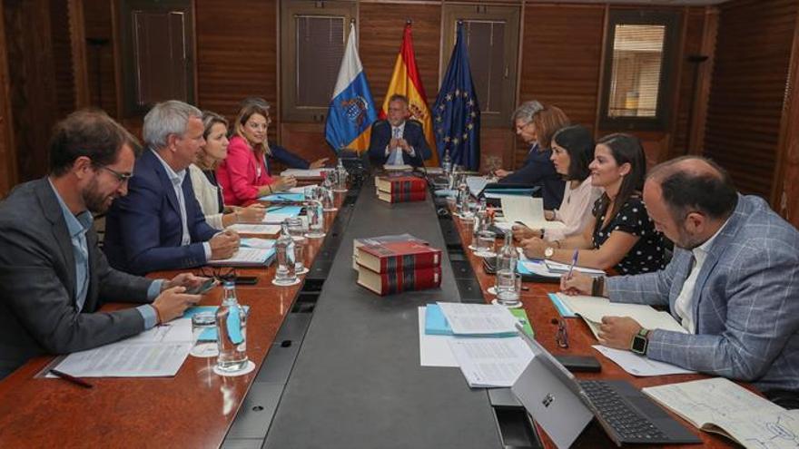 Angel Víctor Torres (c) y los consejeros durante la reunión del Consejo de Gobierno de este miércoles en la sede de la Presidencia en Las Palmas de Gran Canaria.