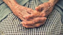 Imagen de archivo de las manos de una persona mayor.