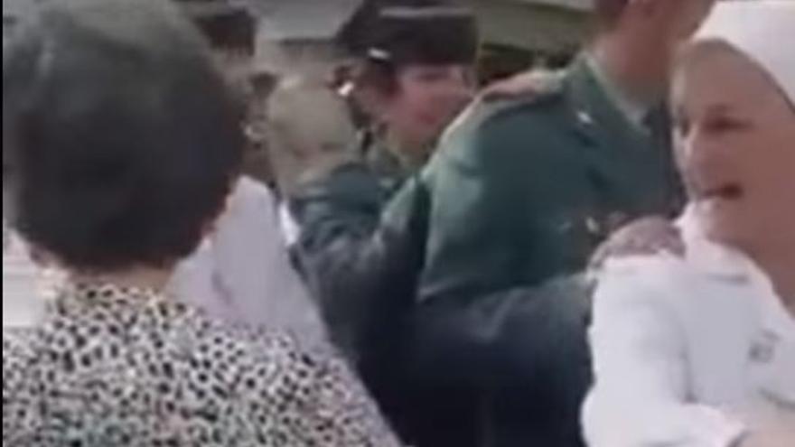 Agentes de la Guardia Civil, sacerdotes y monjas, en una conga durante la peregrinación a Lourdes
