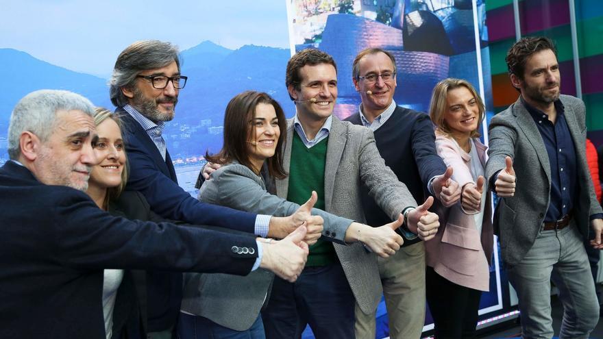 Casado, el pasado 23 de diciembre en Vitoria, junto a candidatos del PP vasco como Sémper (primero por la derecha).