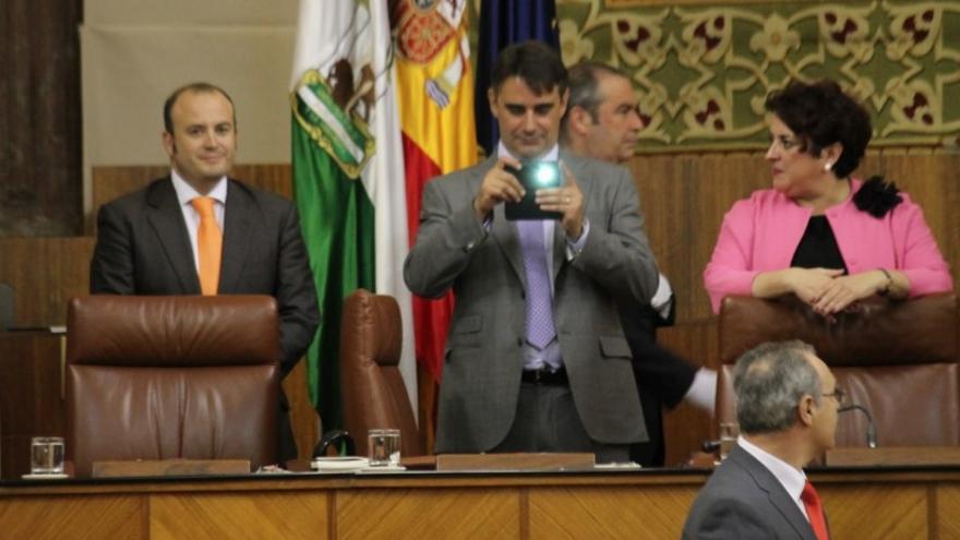 El vicepresidente tercero del Parlamento de Andalucía, y antes abogado de 15mPaRato, Juan Moreno Yagüe, hace una foto desde su nuevo puesto de trabajo