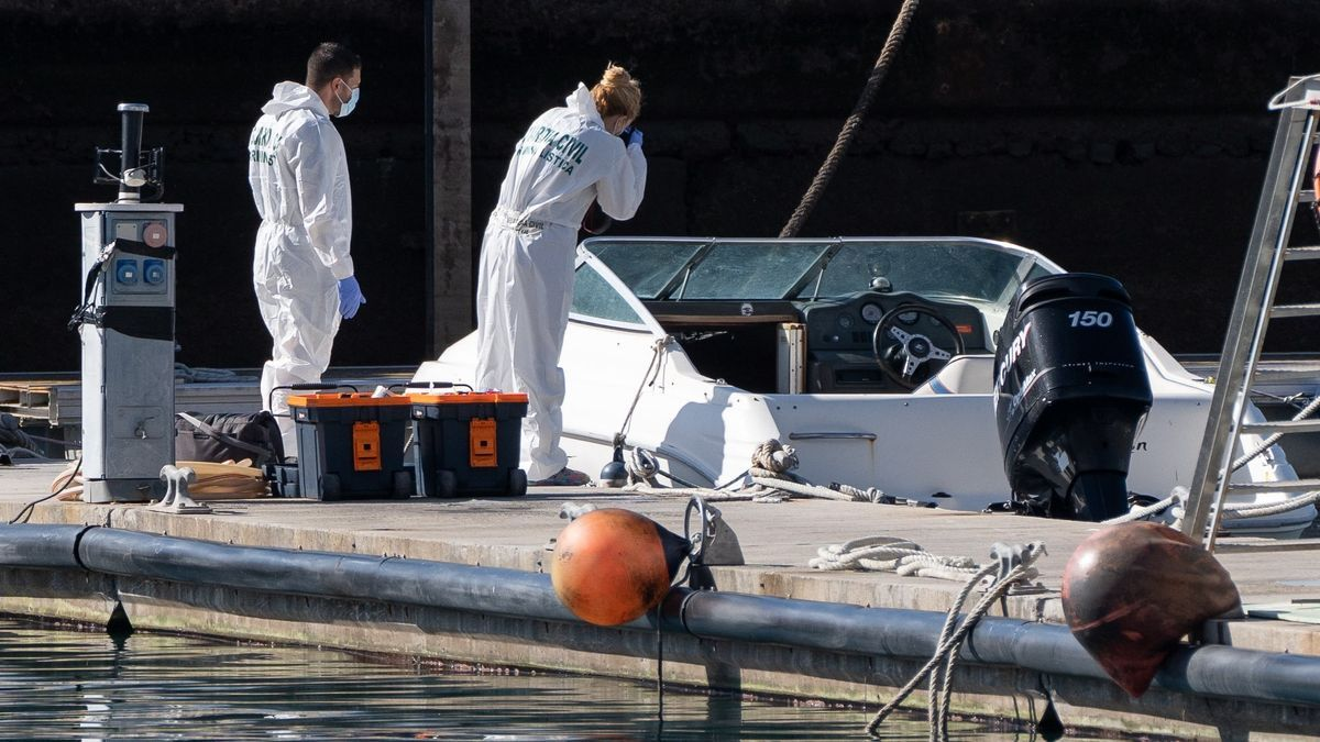 La Policía Científica analiza la embarcación en la base de la Guardia Civil de la dársena pesquera de Santa Cruz de Tenerife. EFE/Ramón de la Rocha