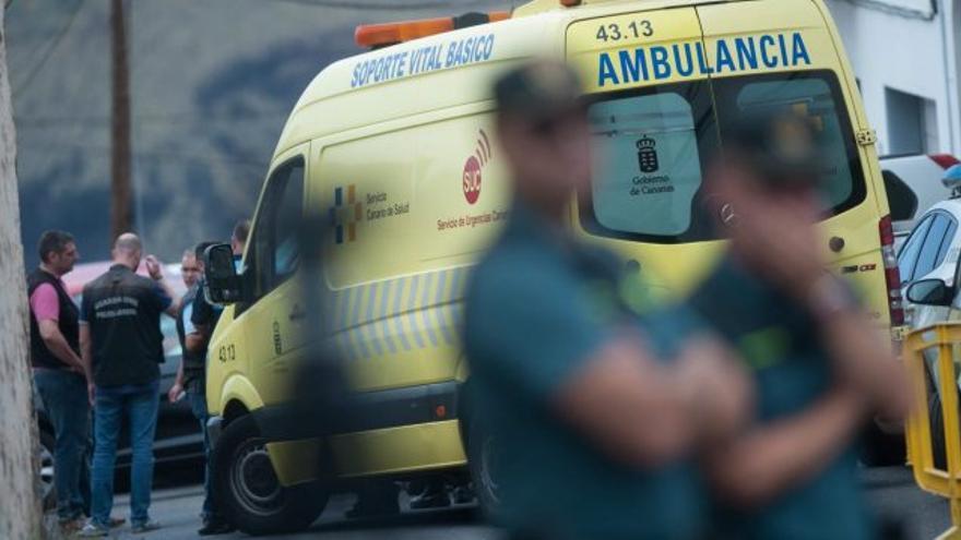 Agentes de la Guardia Civil y una ambulancia del SUC en La Orotava, donde una familia fue hallada muerta el pasado 16 de julio.