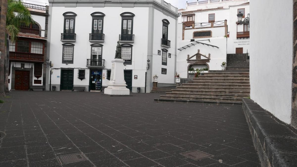 Una plaza en Santa Cruz de La Palma, cubierta por una capa de cenizas del volcán