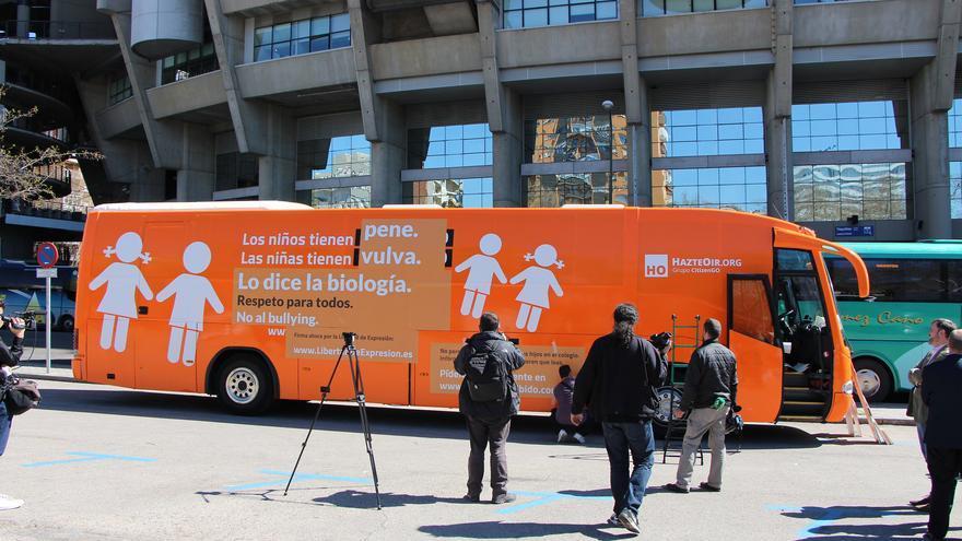 HazteOir coloca un nuevo mensaje tránsfobo en su autobús para llevarlo a Barcelona. / HazteOir