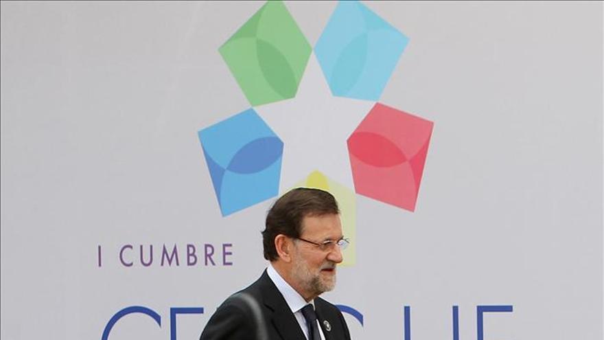 Rajoy y Raúl Castro se saludan por vez primera