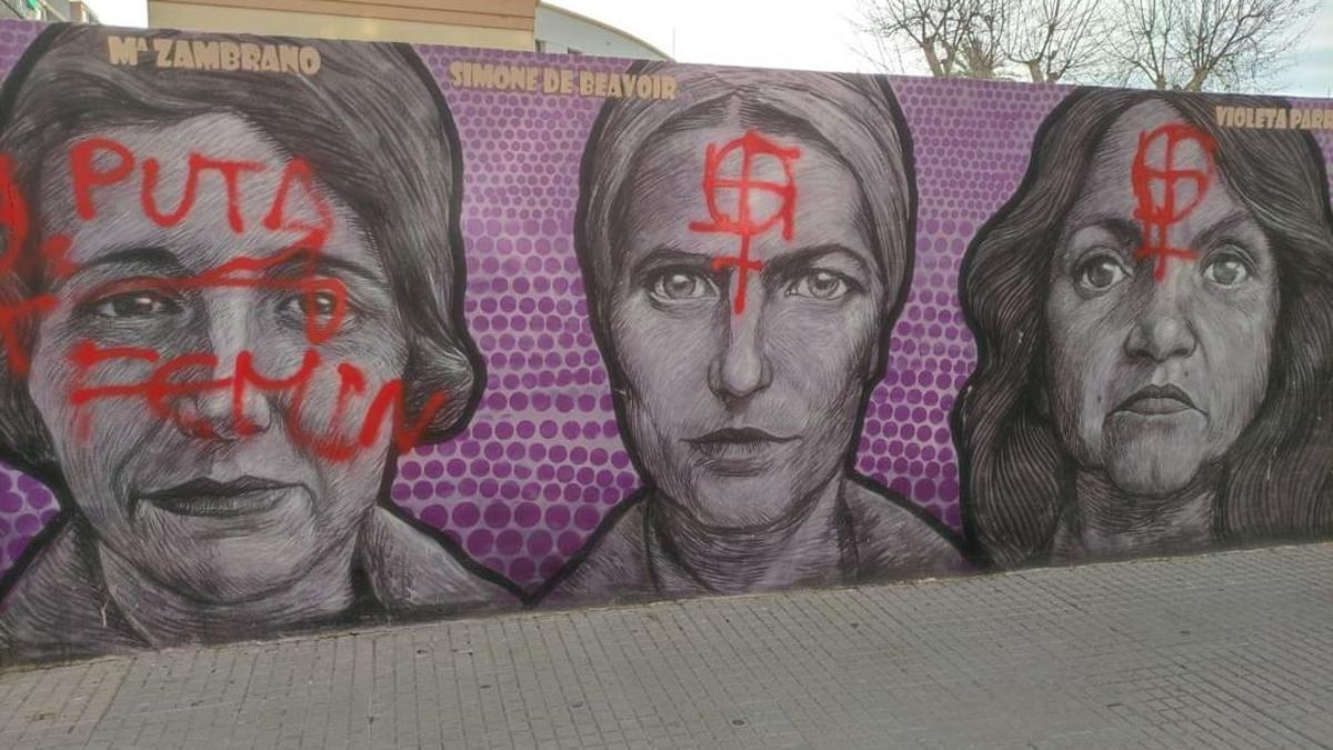 Imagen del ataque con pintadas al mural de la igualdad de Gandia.