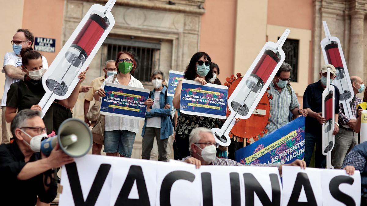 Concentración para reclamar la liberalización de las patentes de las vacunas contra la COVID-19 en Valencia.