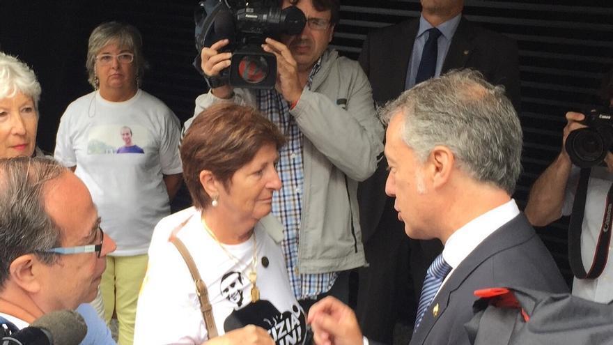 Iñigo Urkullu habla con los padres de Iñigo Cabacas