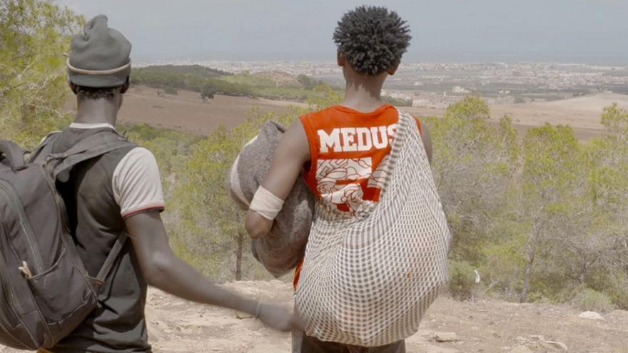 Imagen del documental de dos migrantes en el bosque Bolingo, en Nador