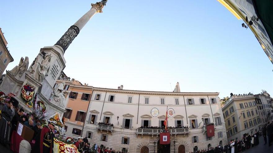 El Papa reza ante la Inmaculada por los niños abandonados y explotados