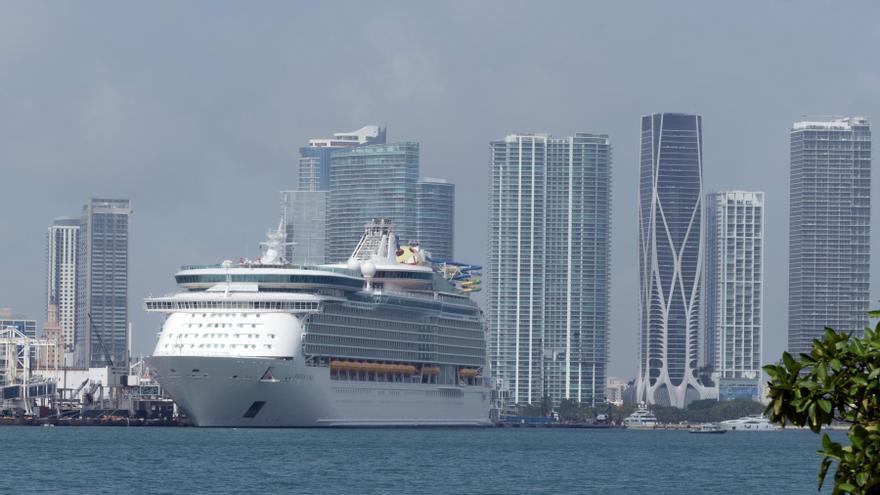 """El primer crucero con pasajeros desde EE.UU. marca """"nuevo amanecer"""" del sector"""
