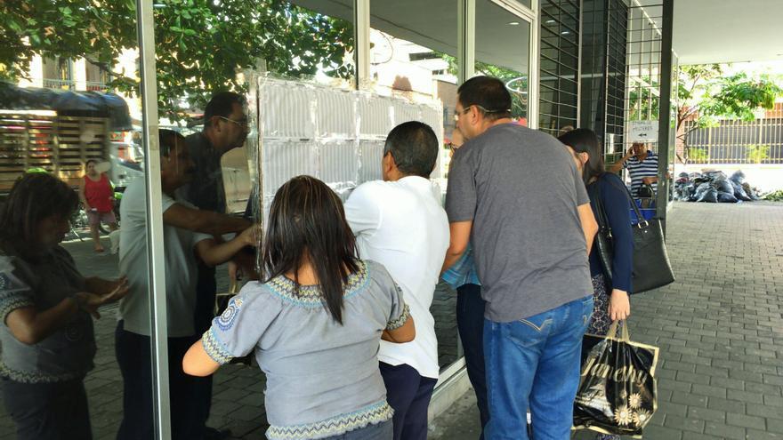 Votantes colombianos, en un colegio electoral de Medellín / G.L.