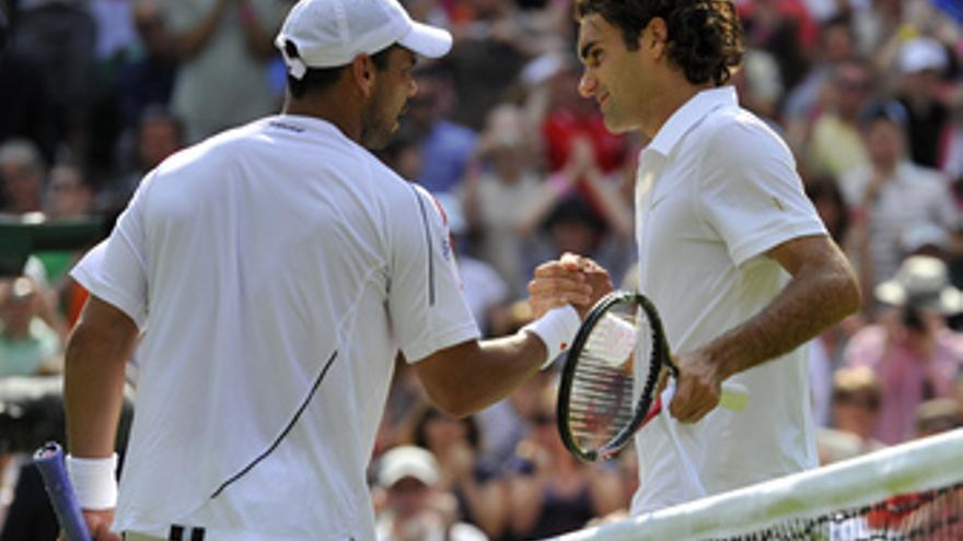 Federer saluda a Falla