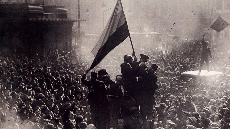 Izamiento de la bandera republicana en la Puerta del Sol