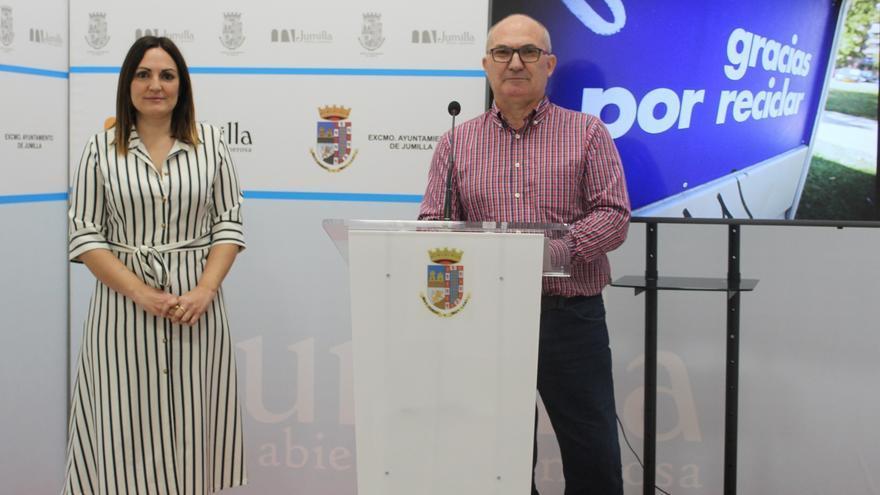 El concejal de Medio Ambiente de Jumilla, Juan Gil, y la jefa del departamento, Victoria Martínez