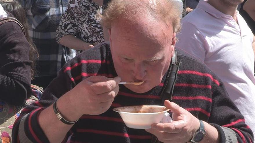 Cocinan en Uruguay un guiso de lentejas de 3.345 kilos en busca del récord Guinness