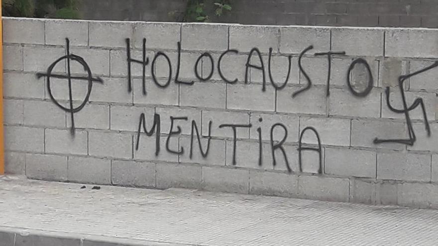 Una de las pintadas de contenido nazi de Carcaixent