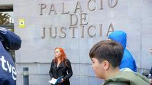 Ángeles Aguilar atiende a los medios de comunicación en el Palacio de la Justicia de Santa Cruz