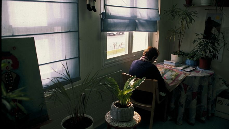 Una mujer lee en una residencia de ancianos. Foto: Irekia