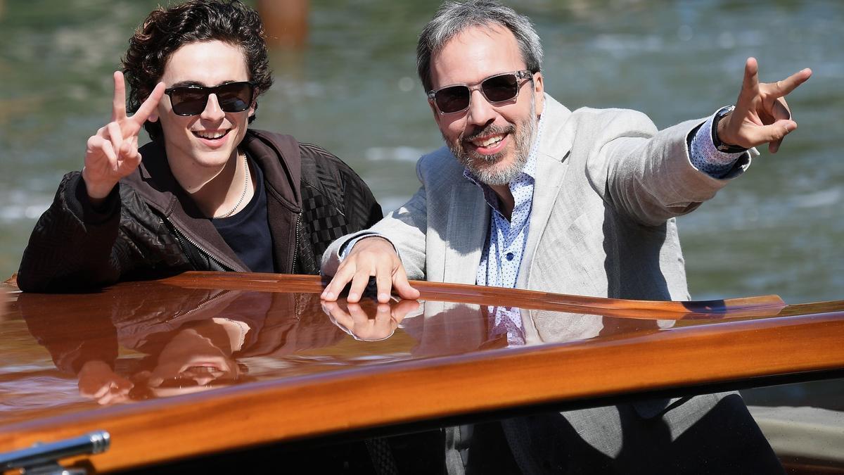 El actor Timothee Chalamet y el director de 'Dune' Denis Villeneuve, saludan a su llegada a Venecia