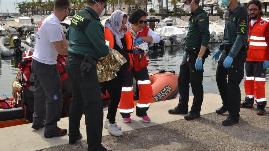 Miembros de Cruz Roja y Guardia Civil reciben a los ocupantes de una patera en Santa Pola