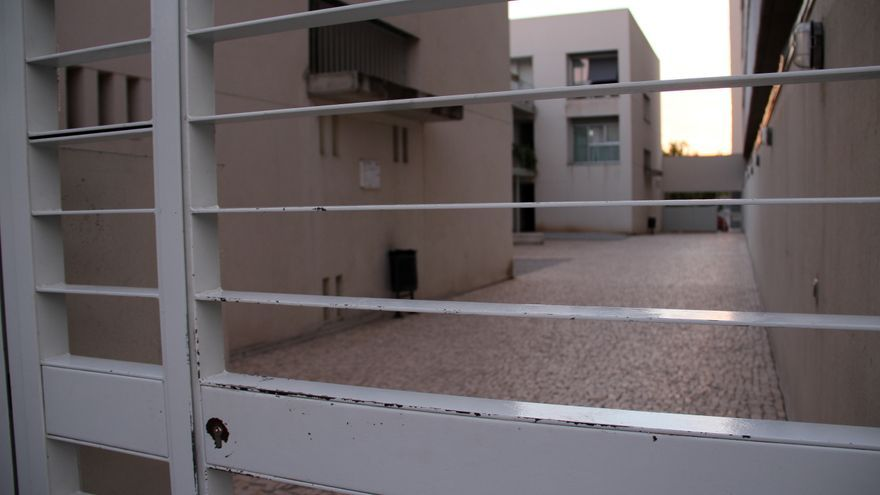 La puerta de entrada del bloque de pisos, entregados hace 10 años. \ S.P