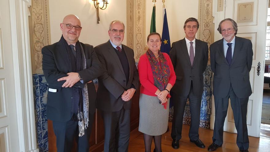 Representantes de territorios fronterizos de España y Portugal en la entrega al Gobierno portugués de su propuesta de nuevo tratado de cooperación entre ambos países