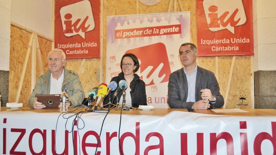 Cayo Lara, Mercedes Boix y Miguel Saro, durante la rueda de prensa.