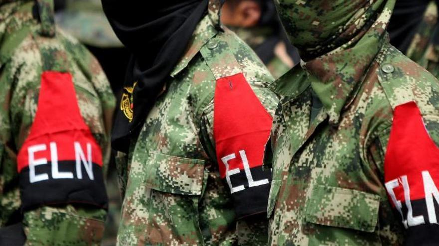El ELN ataca a tiros un autobús con pasajeros e incendia otro en Colombia
