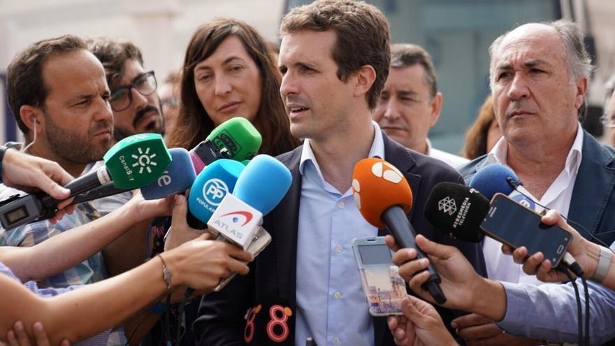 El presidente del Partido Popular, Pablo Casado, atiende a los medios