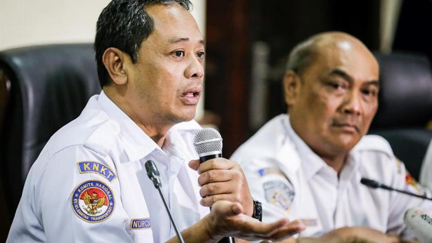 Un tercer piloto estuvo en el vuelo clave previo al accidente aéreo en Indonesia