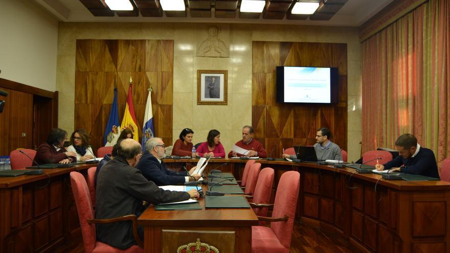 Presentación en el salón de plenos del Cabildo de la guía elaborada por el Servicio de Contaminación de las Aguas para facilitar la tramitación de las solicitudes de autorización de vertidos desde tierra al mar.
