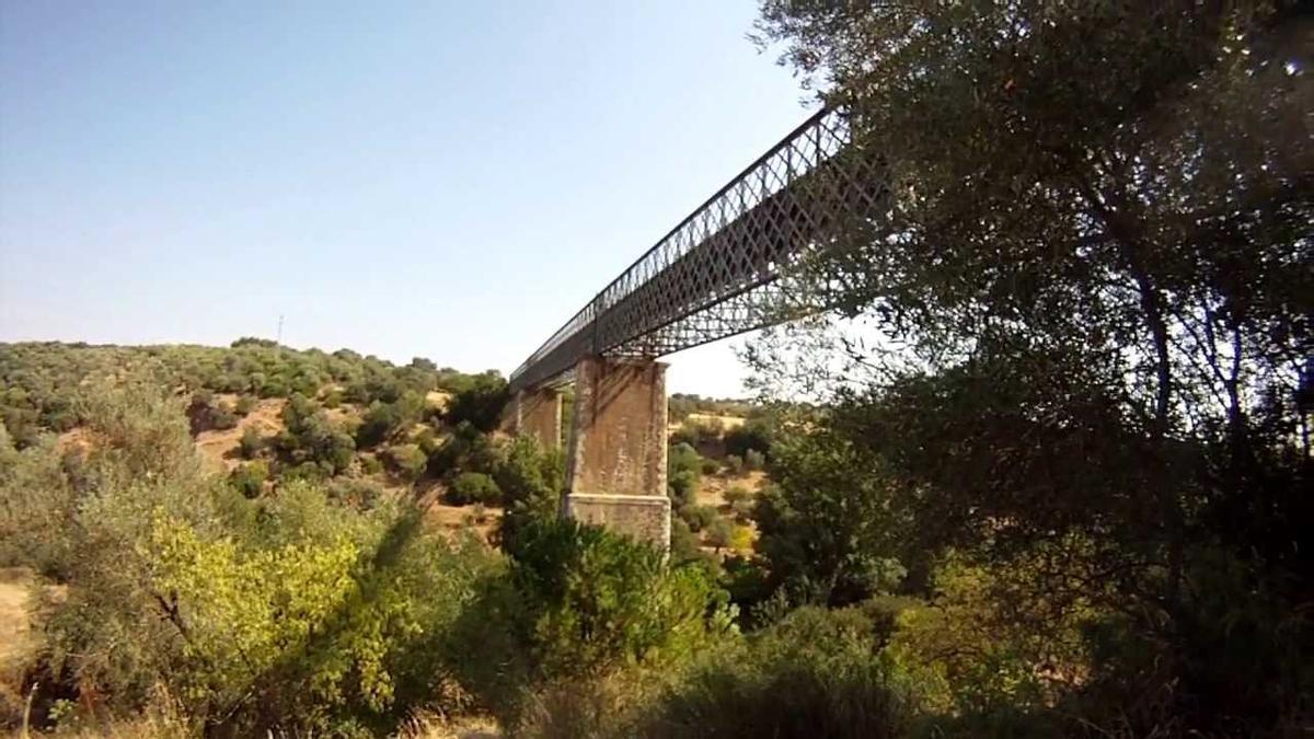Puente de hierro sobre el arroyo Pedroche.