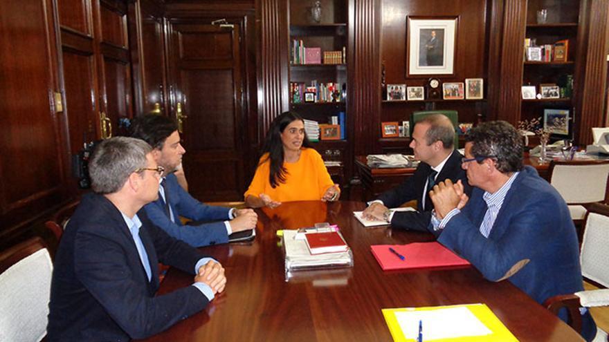 Reunión del alcalde de Las Palmas de Gran Canaria, Augusto Hidalgo, con la delegada del Gobierno, María del Carmen Hernández Bento.
