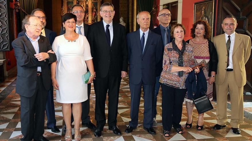 Ximo Puig posa en la foto con el presidente de la AVL, Ramon Ferrer, y los nuevos académicos