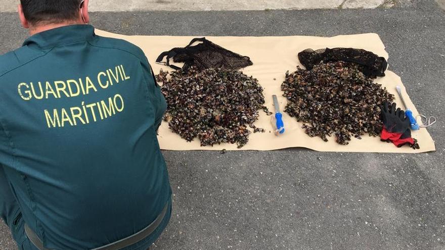 Sorprenden a dos furtivos con más de 20 kilos de percebes en los acantilados de Arnuero