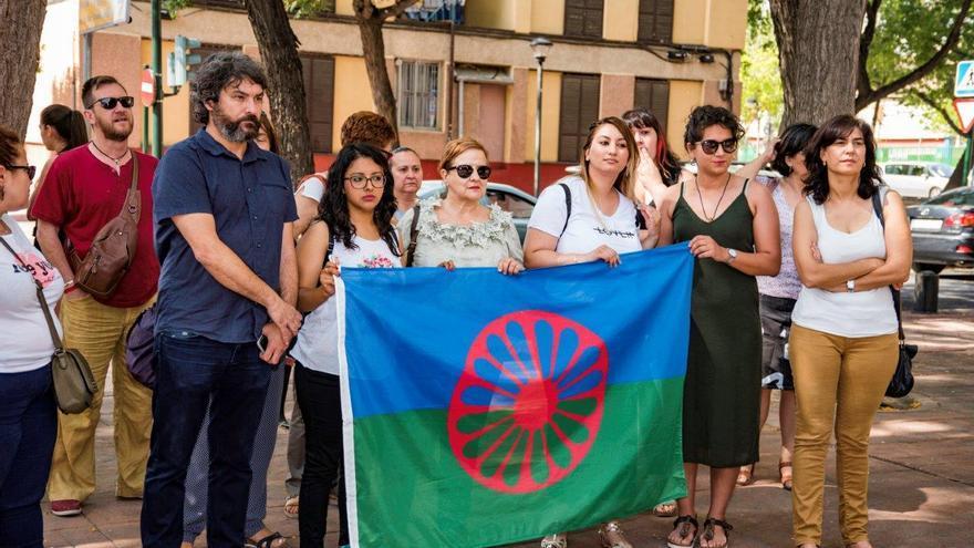 Manifestación en contra del antigitanismo: presencia de partido políticos con la bandera gitana