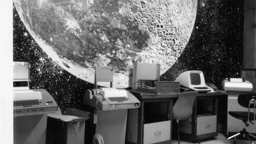 """La sala de pruebas de Byte Shop. El cartel de la Luna (al fondo) estaba acompañado de la frase """"¡un gran paso para la humanidad, el ordenador personal!"""""""
