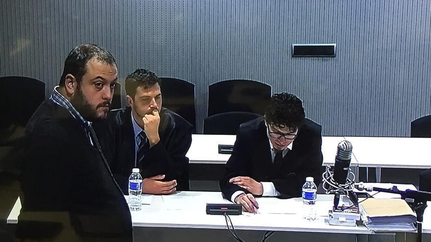 Guillermo Zapata escucha a su defensa durante el juicio en la Audiencia Nacional