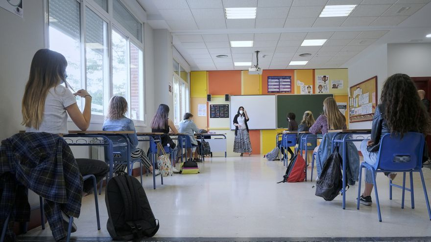 Alumnos de 2º de Bachillerato del Colegio Alameda de Osuna, que han vuelto a las aulas hoy de forma voluntaria para preparar la Evaluación de Acceso a la Universidad (EVAU), al haber pasado la Comunidad de Madrid a la Fase 2 de la desescalada. En Madrid (España), a 8 de junio de 2020.
