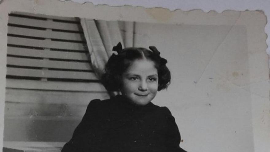 Anastasia de niña, de riguroso luto tras la muerte de su madre