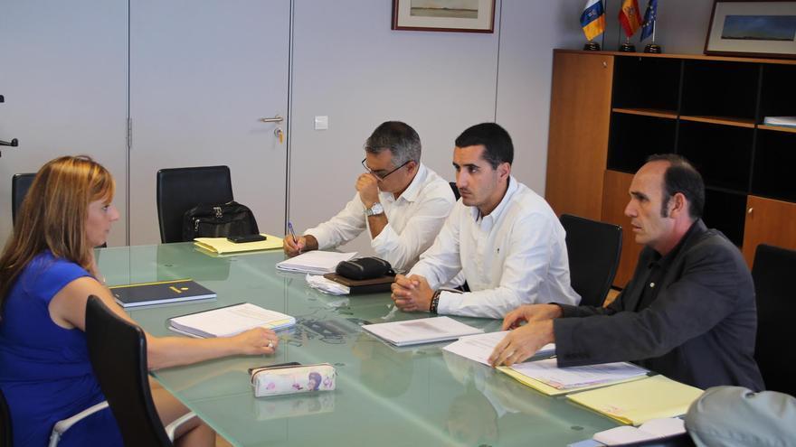 En la imagen, la consejera de Política Territorial, Nieves Lady Barreto; el alcalde de Breña Baja, Borja Pérez (centro); el arquitecto Ángel Caro (d) y un técnico.
