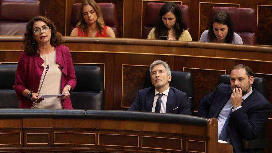La ministra de Hacienda, María Jesús Montero, en el Congreso. Detrás, la bancada de Unidos Podemos.
