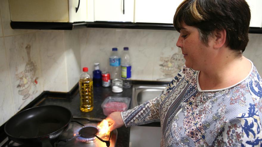 Ana Sobrino cocina unas hamburguesas para sus hijos en la cocina. / Marta Jara